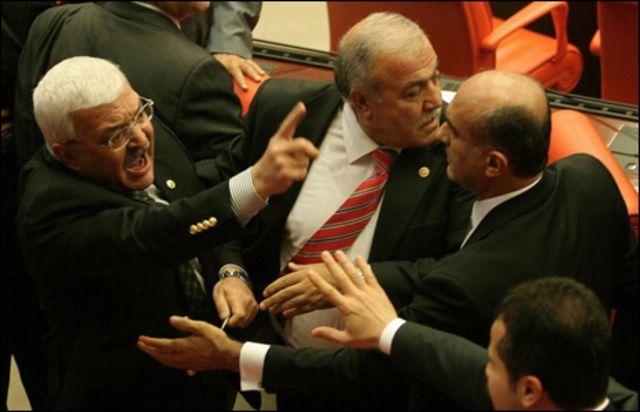 صراع تحت قبة البرلمان التركي