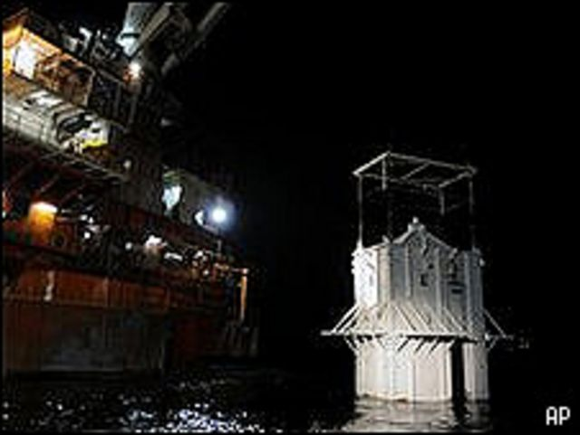 سفينة تنزل رافعة في خليج المكسيك
