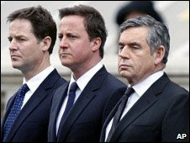 زعماء الأحزاب الرئيسية الثلاثة وهم جوردن براون، زعيم حزب العمال وديفيد كاميرون، زعيم حزب المحافظين، ونيك كليج، زعيم حزب الديمقراطيين الليبراليين