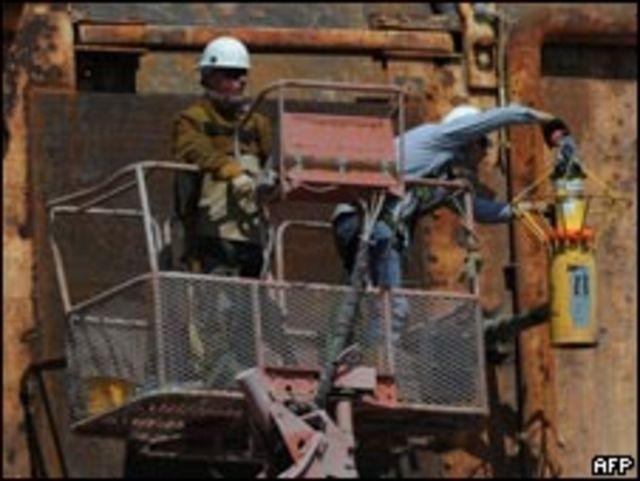 美國路易斯安那州富爾雄港工人趕製堵截漏油用的水泥罩(5/5/2010)