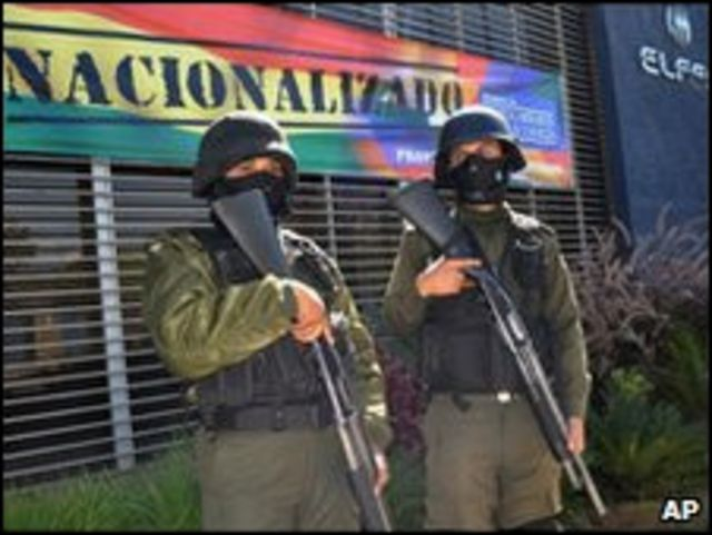 الشرطة البوليفية تحرس إحدى شركات الكهرباء المؤممة