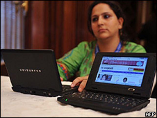 سيدة هندية أمام كمبيوتر