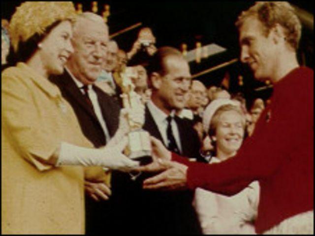 بوبي مور يتسلم كأس العالم من ملكة بريطانيا