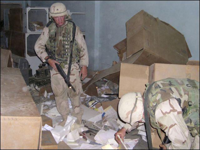 جنود أمريكيون يبحثون عن وثائق في العراق