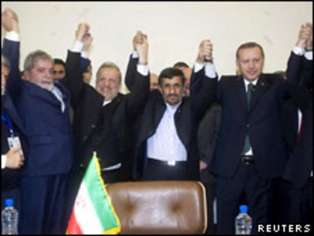 الزعماء الثلاثة بعد التوقيع على الاتفاق
