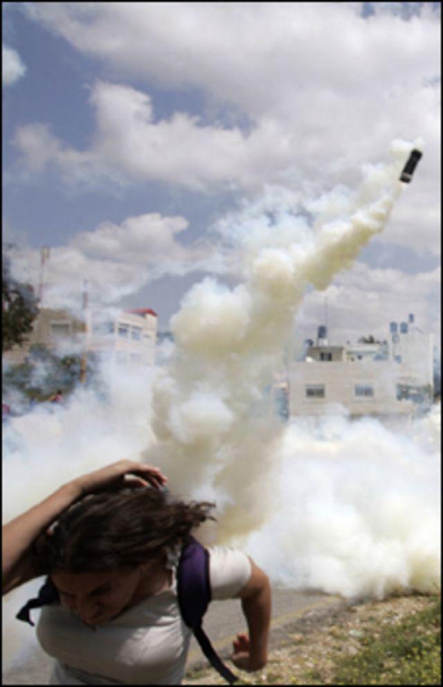 إسرائيل تستخدم قنابل الغاز ضد الفلسطينيين