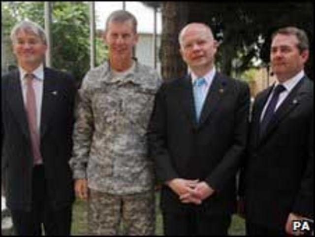 الوزراء الثلاثة مع الجنرال ماكرستال