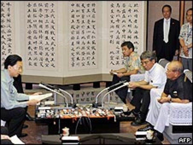هاتوياما متحدثا مع حاكم جزيرة اوكيناوا