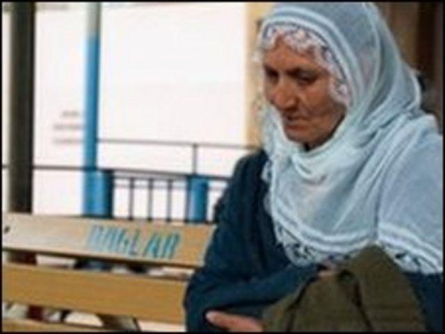 مريم صياكا وفي انتظار زيارة ابنتها خارج سجن ديار بكر