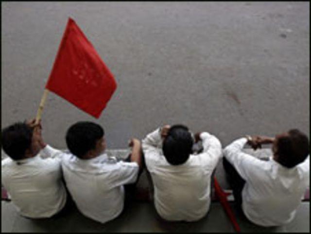 दिल्ली एअरपोर्ट के बाहर हड़ताली कर्मचारी