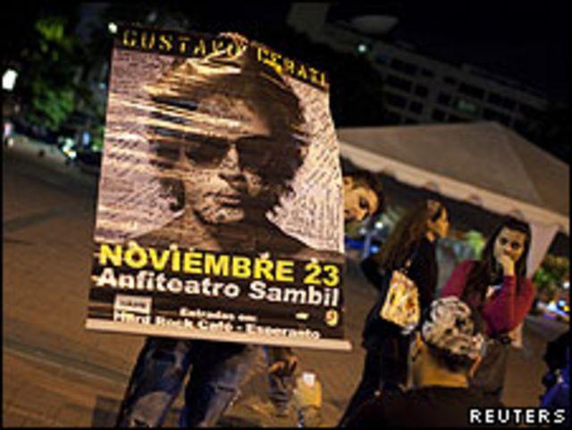 Admirador sostiene afiche con la imagen de Gustavo Cerati