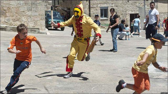 Hombre disfrazado de demonio en Murcia, España.