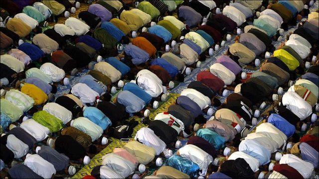 Musulmanes rezan en Malasia.