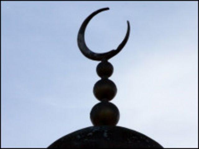 Полумесяц на минарете мечети в Лондоне