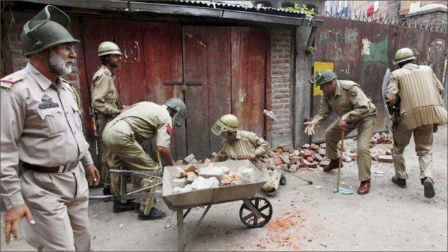 پولیس نے لوگوں کو ان کے ہتھیار پھتروں سے محروم کرنے کے لیے شہر سے پتھر جمع کر لیے