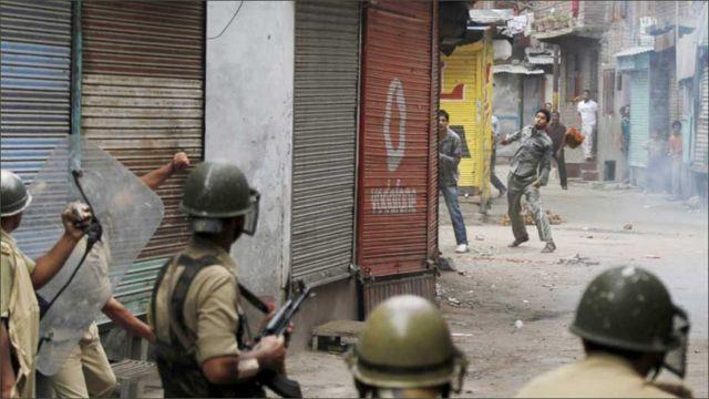 پولیس نے کئی جگہوں پر مظاہرین پر فائرنگ اور آنسو گیس بھی استعمال کی
