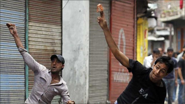 کرفیو کی خلاف ورزی کرتے ہوئے لڑکے ہلاکتوں پر احتجاج کے لیے سڑکوں پر نکل آئے