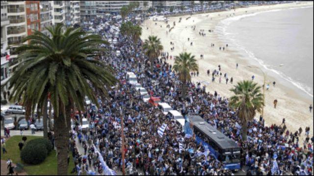 Ribuan warga menyambut kedatangan tim nasional Uruguay di jalan-jalan utama kota Montevideo