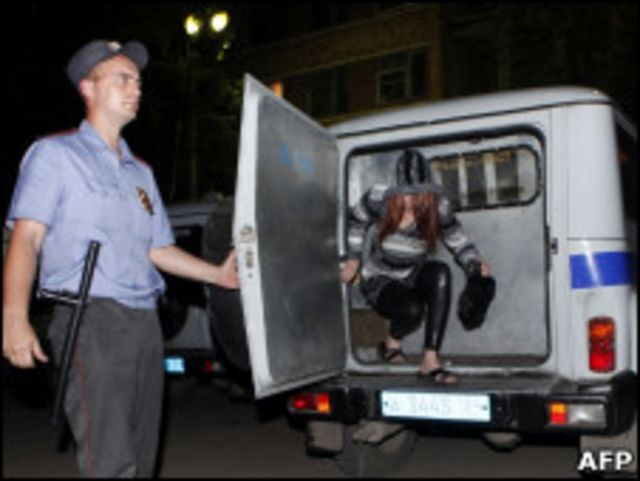 Милиционер и задержанная