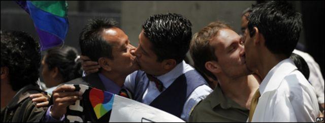 Parejas homosexuales se besan en Méjico