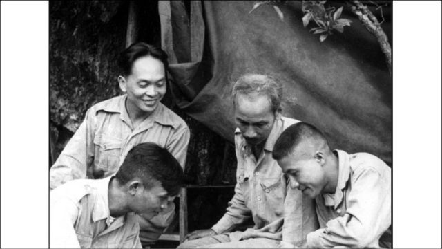 Hình chụp năm 1950. Tướng Giáp cùng Chủ tịch Hồ Chí Minh đàm đạo.