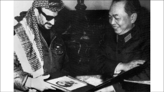 Yasser Arafat, lãnh đạo phong trào của người Palestine, thăm Hà Nội năm 1970 và nhận từ tay Tướng Giáp bộ ảnh về sự thành lập Quân đội Nhân dân Việt Nam.