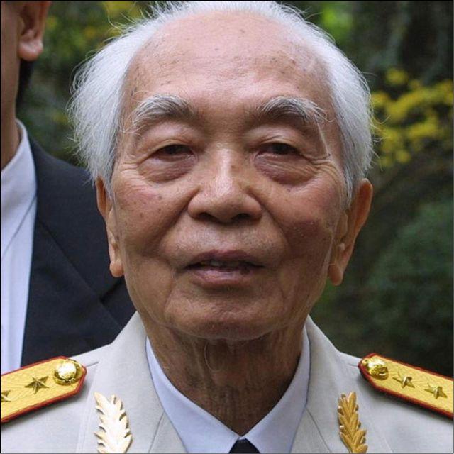 Tháng 11/2002. Tướng Giáp, tại nhà riêng ở Hà Nội, chuẩn bị đón người bạn cũ, lãnh tụ cộng sản Cuba, Fidel Castro.