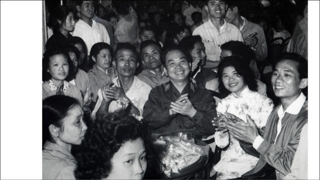 Vị bộ trưởng quốc phòng Bắc Việt đón tiếp các anh hùng lao động nhân ngày 1 tháng Năm 1968.