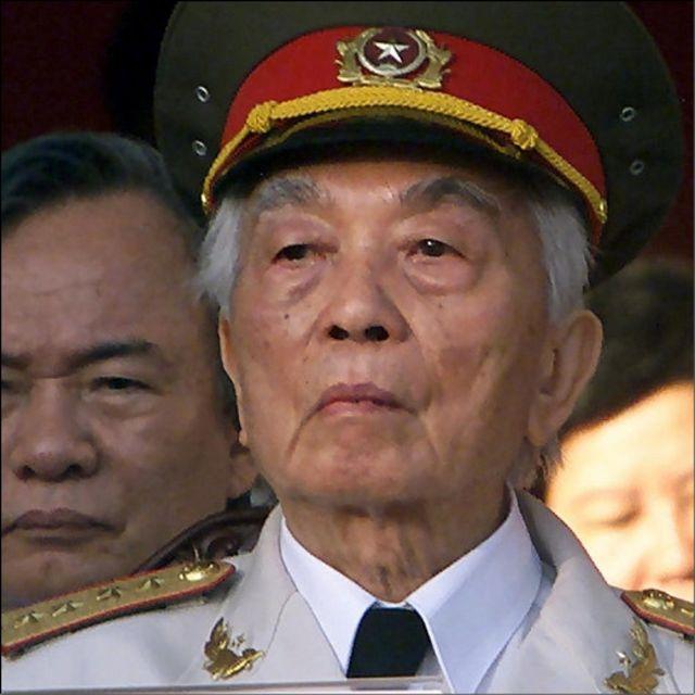 Vị anh hùng quân đội chứng kiến buổi lễ ở Sài Gòn, nay là TP. Hồ Chí Minh, đánh dấu 25 năm ngày Chiến tranh Việt Nam kết thúc năm 2000.
