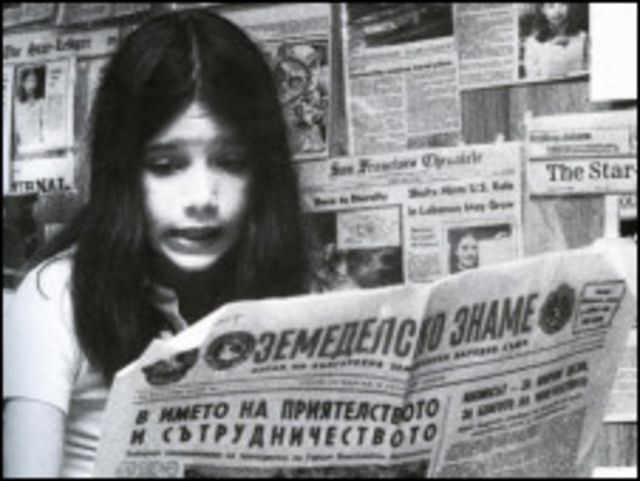 Саманта Смит читает статьи о ней в газетах со всего мира (фото с сайта www.samanthasmith.info)