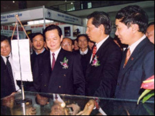 Thủ tướng Nguyễn Tấn Dũng đã chuyển một số đơn vị kinh doanh của Vinashin sang các tập đoàn khác.