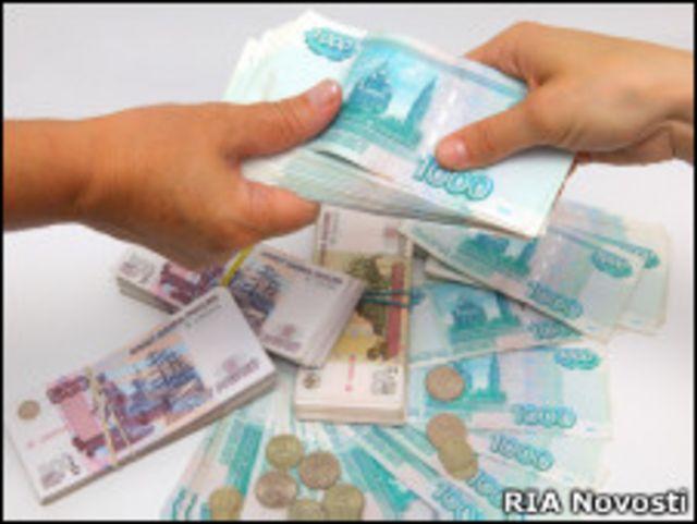 Рублевые банкноты, переходящие из рук в руки