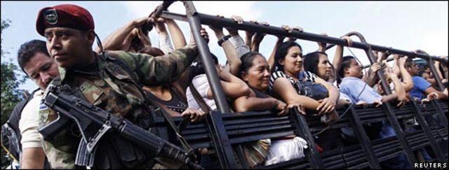 Un soldado del ejército de El Salvador protege un camión de pasajeros