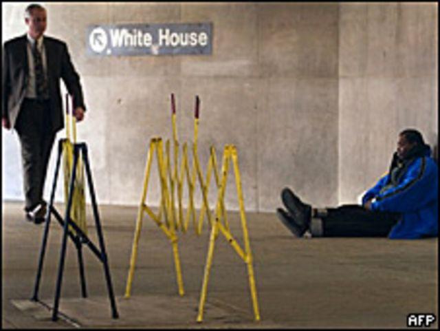 Hombre junto a indigente en Washington