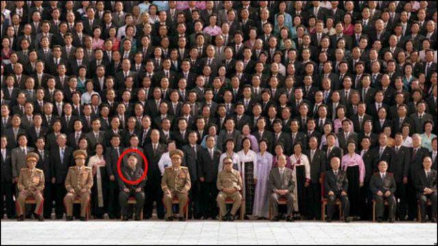 Kim Jong-un (dalam lingkaran) berpose bersama para pejabat elit Korea Utara