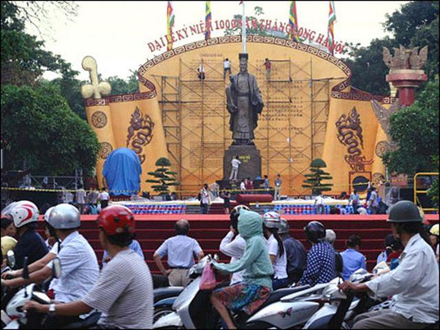 Hà Nội đang làm đại lễ kỷ niệm 1.000 năm Thăng Long với các khoản chi phí khổng lồ, cùng hàng chục hoạt động rầm rộ.