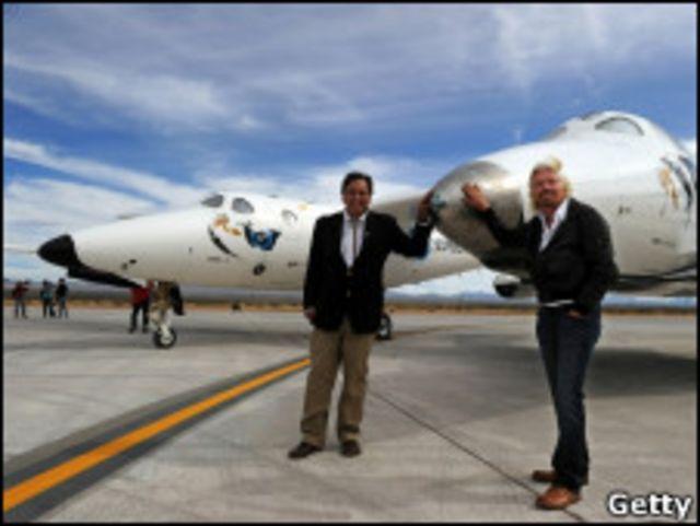 Губернатор штата Нью-Мексико Билл Ричардсон (слева) и босс группы Virgin сэр Ричард Брэнсон у самолета SpaceShip Two