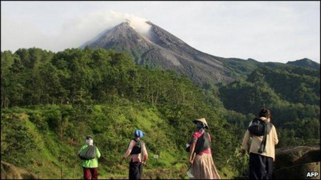 Kondisi Gunung Merapi relatif tenang meski masih mengeluarkan awan panas.