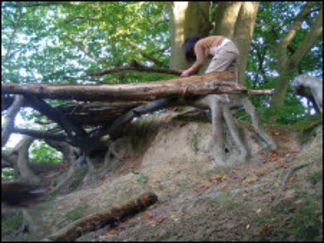 孩子在森林玩耍