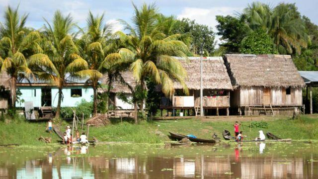 Indígenas cerca de Iquitos.  Foto: Javier Lizarzaburu