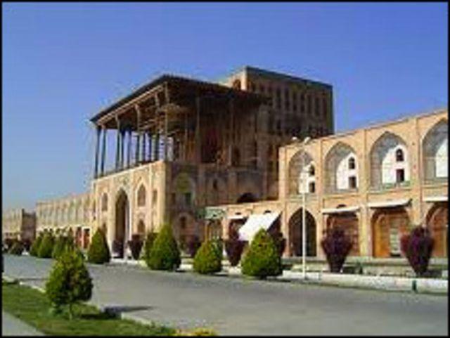 گالدیری خود را ابتدا در کاخ عالی قاپو آغاز کرد و سپس به انجام کارهای مرمتی در مسجد جامع اصفهان و کاخ های چهل ستون و هشت بهشت پرداخت