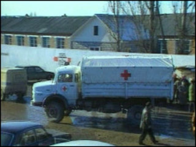 Грузовик Красного Креста в Чечне (кадр видеосъемки 1996 года)