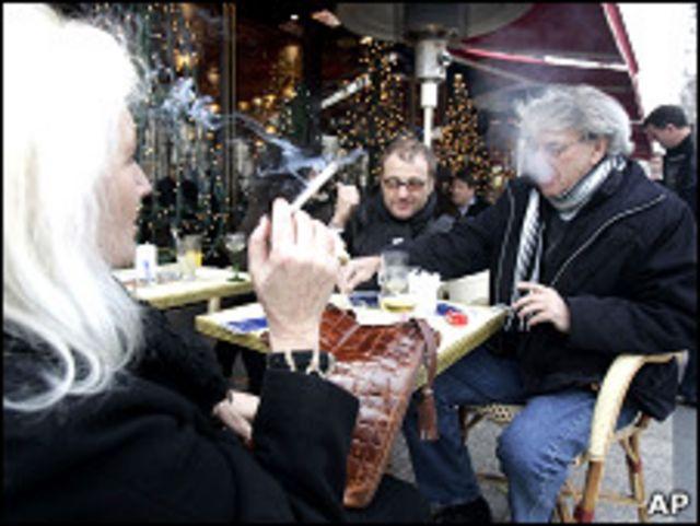 Gente fumando en café
