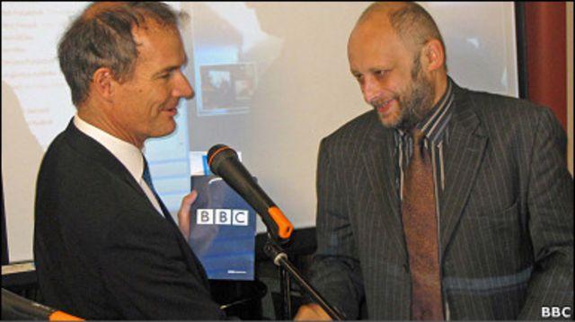 Посол Великої Британії Лі Тернер вручає премію директору видавництва Фоліо Олександру Красовицькому. Автор Сергій Жадан - на екрані, спостерігає за церемонією по Скайпу.