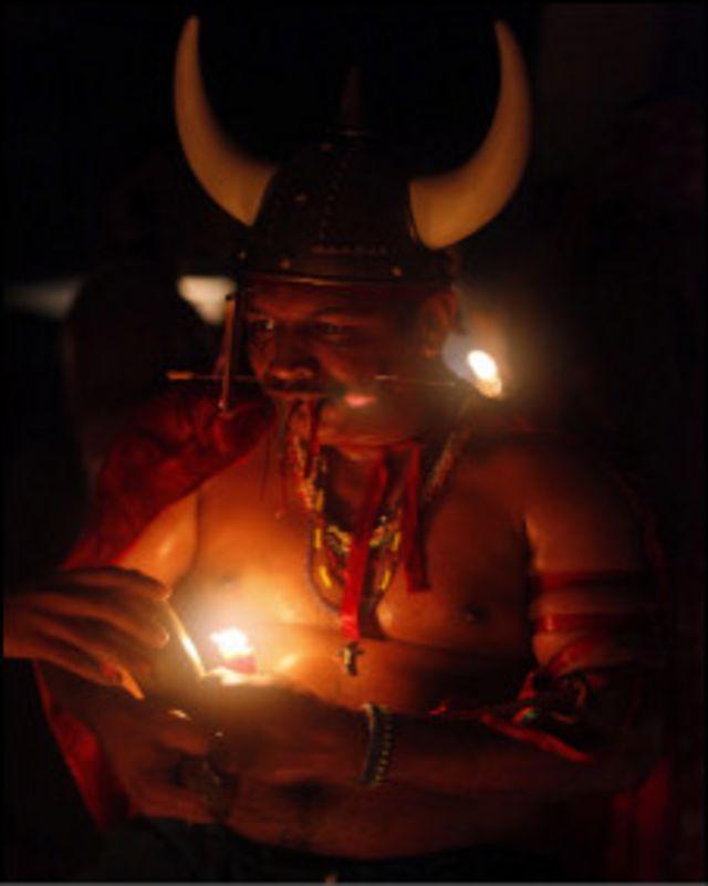 Un médium en trance en rito a María Lionza en Venezuela (Foto: David Fernández)