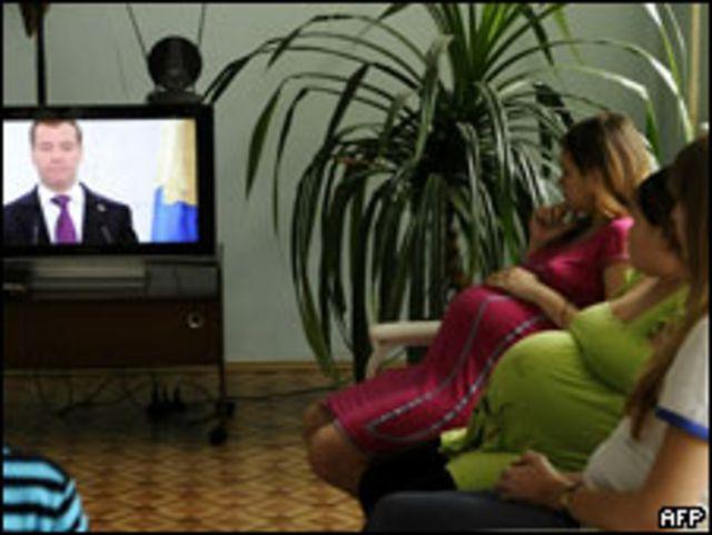 Беременные женщины смотрят телетрансляцию выступления российского президента