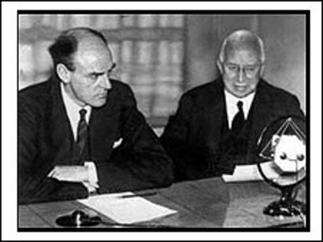 سر جان ریث، اولین مدیرعامل بی بی سی و جی. ایچ. ویتلی، رئیس بی بی سی، در روز 19 دسامبر 1932 سرویس امپراتوری را افتتاح می کنند