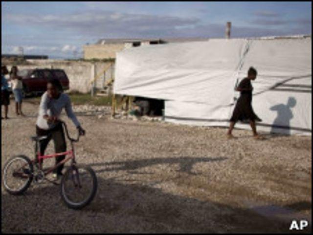 Центр лечения холеры в лагере на Гаити