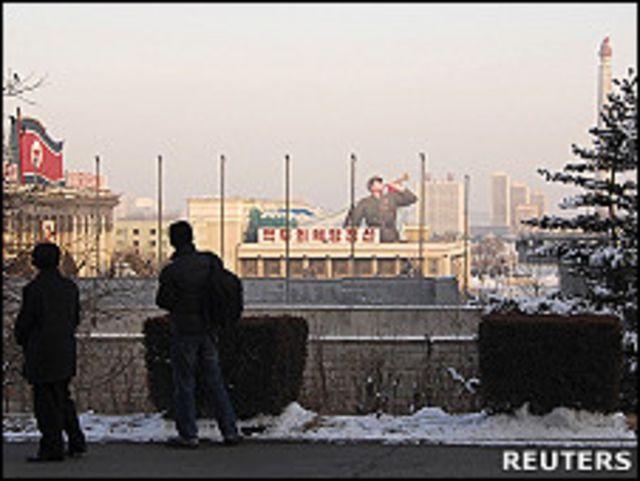 朝鮮平壤金日成廣場側遊客眺望廣場上建築(17/12/2010)