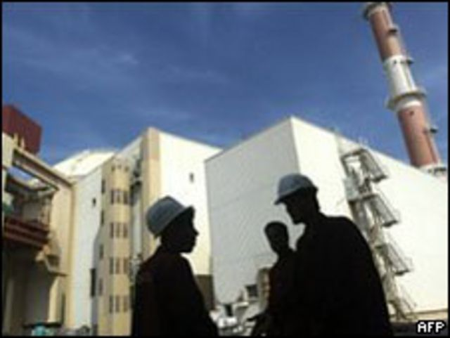 کشورهای غربی ایران را متهم می کنند که برنامه هسته ای این کشور، دارای مقاصد نظامی است اما ایران این اتهام را رد می کند